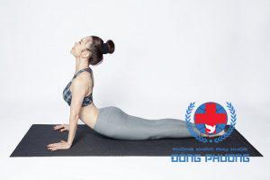 Cách trị bệnh đau bụng kinh bằng bài tập yoga tư thế rắn hổ mang